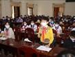 Des députés de l'Assemblée nationale de Quang Tri échangent avec des enfants