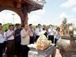 Le PM Nguyen Xuan Phuc offre de l'encens à l'ancienne citadelle de Quang Tri