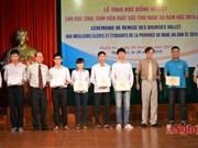 """Remise de 144 bourses """"Odon Vallet"""" aux meilleurs élèves et étudiants à Nghe An"""