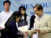 Da Lat : remise de bourses d'études Odon Vallet