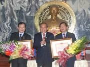 Remise de l'insigne «Pour la cause du tribunal» à des responsables laotiens et cambodgiens