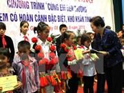 Remise de bourses aux enfants en difficulté à Ha Giang