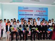 Remise de bourses japonaises à des étudiants de l'Université de Huê