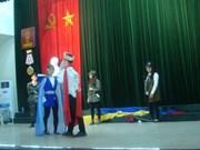 Des étudiants vietnamiens présentent le spectacle Amphitrychou