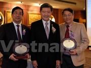 Une université thaïlandaise honore deux Vietnamiens