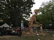 Quand la marionnette Liédo salue les spectateurs à Huê