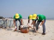 Les jeunes vietnamiens en campagne pour assainir la mer
