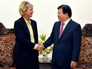 Le vice-PM Trinh Dinh Dung reçoit une représentante du groupe Siemens