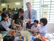 L'ambassadeur américain offre des cadeaux aux victimes de l'agent orange