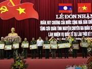 Le Laos décore des volontaires et experts vietnamiens