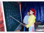 Enseigner le vietnamien à des femmes de l'ethnie H'Mông