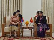 La vice-présidente de l'AN Tong Thi Phong rencontre la présidente de l'AN du Laos