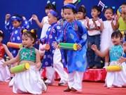 Les enfants avec la culture traditionnelle des ethnies vietnamiennes