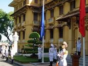 Cérémonie de levée du drapeau marquant le 50e anniversaire de l'ASEAN