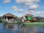 Aides vietnamiennes pour des habitants du Tonlé Sap
