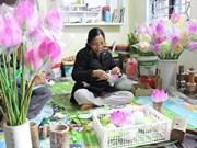 Huê: découverte d'un métier artisanal de fabrication de fleurs en papier