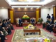 Une délégation laotienne en visite à Hoa Binh