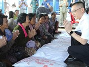 Cadeaux du PM Nguyen Xuan Phuc à des familles nécessiteuses au Cambodge