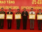 Le Cambodge remet l'Ordre de l'amitié à des collectifs et individus vietnamiens