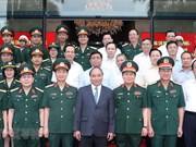 Le Premier ministre Nguyen Xuan Phuc travail avec des responsables du groupe Viettel