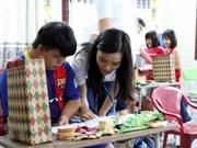 Des jeunes Viet Kieu découvrent la beauté du vieux quartier de Hoi An