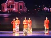 Défilé de costumes traditionnels des pays membres de l'ASEAN