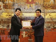 """L'ambassadeur adjoint du Japon au Vietnam reçoit le titre """"Pour l'édification de la capitale"""""""