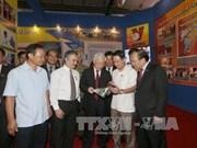 Le leader du PCV visite l'Exposition sur les réalisations du Vietnam