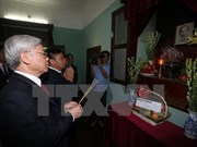 Le Secrétaire général du PCV Nguyen Phu Trong offre de l'encens au Président Hô Chi Minh