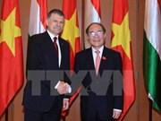 Entretien entre les présidents des AN vietnamienne et hongroise