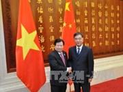 Entrevue entre les vice-PM Trinh Dinh Dung et Wang Yang