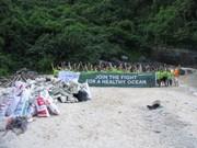 Dans la baie de Ha Long, des volontaires font le grand ménage