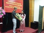 Remise d'objets d'un ancien combattant américain détenu dans la prison de Hoa Lo