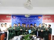 Le Vietnam offre des équipements  informatiques à l'Armée populaire du Laos