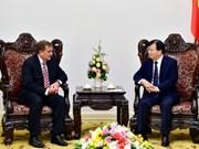 Le vice-Premier ministre Trinh Dinh Dung reçoit le vice-président du groupe ExxonMobil