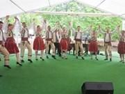 L'ensemble folklorique roumain Doina Oltului se produira au Vietnam