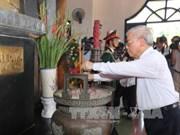 Nguyen Phu Trong offre de l'encens à l'ancien secrétaire général du PCV Le Duan à Quang Tri