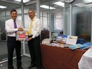 Remise d'ouvrages à la bibliothèque de l'Université de Brunei Darussalam