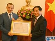 Remise de l'Ordre d'amitié à l'ex-ambassadeur de France au Vietnam