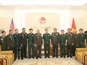Visite de travail des officiers de défense cambodgiens à Hanoi