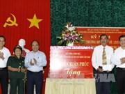 Des dirigeants vietnamiens rendent visite aux personnes méritantes