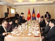Le ministre japonais des AE travaille avec les ambassadeurs de l'ASEAN