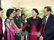 La présidente de l'AN rencontre des Vietnamiens à Singapour