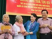 La présidente de l'AN offre des cadeaux à des familles pauvres de Long An