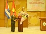 La présidente de l'AN du Vietnam reçoit la distinction honorifique de l'Etat cubain