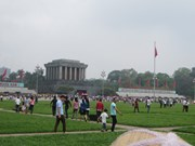 Hommage au président Hô Chi Minh en son mausolée