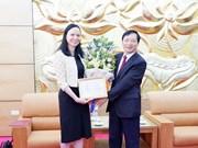 """Insigne """"Pour la paix et l'amitié entre les nations"""" à l'ambassadeur de Pologne au Vietnam"""