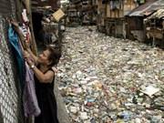 Manille : efforts pour nettoyer un canal envahi par les déchets plastiques
