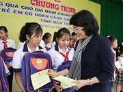 La vice-présidente Dang Thi Ngoc Thinh offre des cadeaux aux familles défavorisées