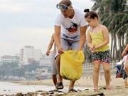 Un groupe bénévole étranger nettoie la plage de Nha Trang